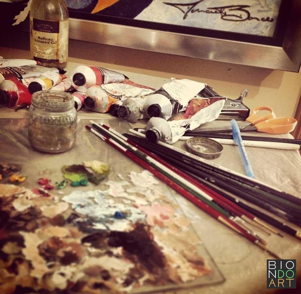 Olivia-Munn-Biondo-Art-Tools